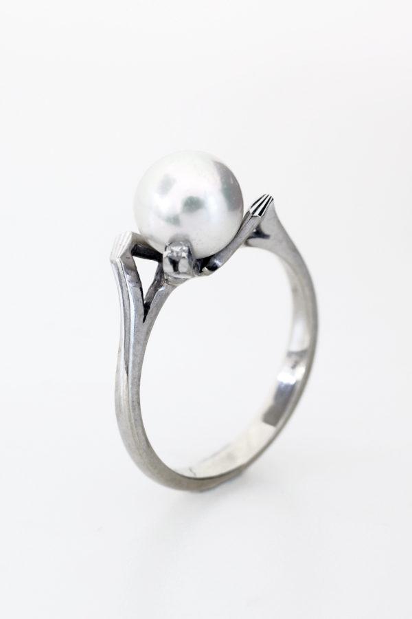 Anello oro bianco con perla e due pietrine bianche